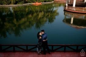 Séance d'engagement à Pondichéry | angle de vue plus élevé avec couple et eau