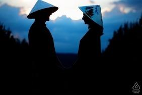 Casa do noivo Pré-wedding portrait session at dusk - silhouetted couple profiles