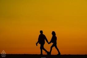 Foto di fidanzamento a Long Beach - Giallo del nostro cielo - coppia che cammina lungo la spiaggia