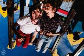 Playground em Timisoara, Romênia pré-sessão de retrato do casamento | Pendurado no playground engrena de cabeça para baixo.