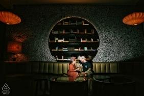 Portrait de fiançailles à Playa del Carmen, Mexique - mariés lisant un livre