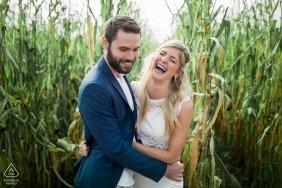 Neu verlobtes Paar in den Maisfeldern in der Nähe von Lyon, Frankreich, für ihre Portraits vor der Hochzeit