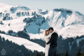 Fotógrafo francês pré-casamento em megeve, Alpes franceses | retratos de inverno para o casal de noivos