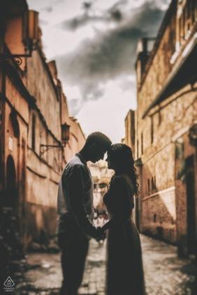 Marrakech, portraits de fiançailles au Maroc - séance de mariage avant le mariage à Marrakech. Coucher de soleil après la pluie
