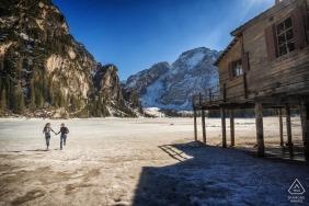 Jeziorny Braies, Dolomity, Włochy - Pre ślub pary portreta krótkopęd na lodowatym jeziorze