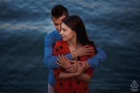 前婚礼拍摄在巴塞罗那与一对夫妇在水边