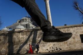 Istambul tiro pré-casamento em uma mesquita   casal correndo na rua