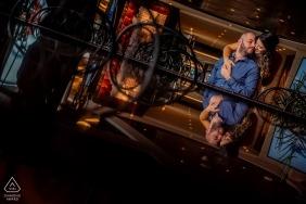 Séance de photo d'engagement de destination sur un navire de croisière MSC, vue d'un couple se reflétant sur une surface de verre.