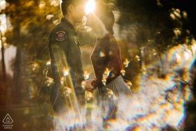 Verpflichtungsporträt eines jungen Paares ungefähr, zum mit gebrochenem Sonnenlicht in San Francisco zu küssen.