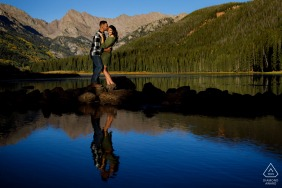 Piney Lake, CO Fotoshooting in der Nähe der Wasserränder der Piney River Ranch während ihrer Verlobungssitzung in Vail