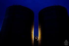 Séance de photo d'engagement rural de Dodd Lake entre deux silos dans une ferme à Boulder, Colorado