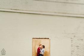 Photographie de fiançailles avant le mariage à Londres - Couple debout dans l'encadrement de la porte avec tilt shift