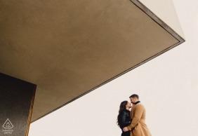 Sessão de retrato de noivado de Londres - imagem de cor do casal em pé no banco