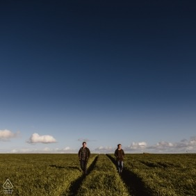 Broadchalke, Wiltshire Engagement Portrait Session mit Big Skies und Barley, Wiltshire Downs