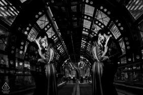 Industrieel, symmetrisch zwart en wit portret door Reggio Calabria Italië huwelijksfotograaf