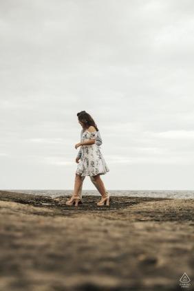 Foto do noivado de um casal andando em uma praia em Sakarya, Turquia perfeitamente alinhados como se fossem uma pessoa.