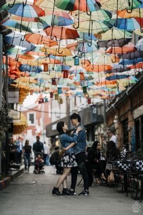 İstanbul, Turkey Engagement Photographer - Sur la route avec un parapluie