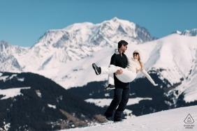 Megève Engagement Photography zeigt ein Paar im Schnee mit dem Mont Blanc