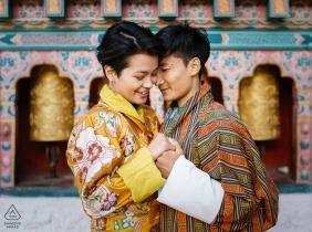 站立在一個寺廟前面的夫婦的訂婚照片在廷布,不丹。
