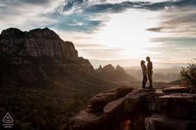 Sedona, AZ Verlobungsfotografie - Paar auf Berggipfel in Sedona