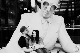Tournage de fiançailles à Miami Design District, en Floride, avec une sculpture
