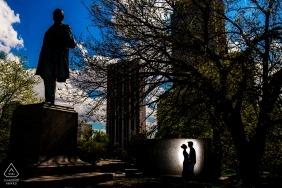 Em Lincoln Park, Chicago, uma silhueta de casais é capturada contra um monumento nesta foto de noivado