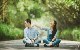 Guangdong - mulher provoca seu futuro noivo enquanto se sentam no meio de uma estrada arborizada nesta sessão de retratos pré-casamento