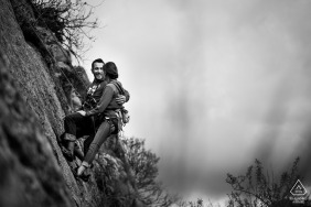 Toledo, Castilla-La Mancha (Espanha) Retrato de noivado - Casal de escalada em uma parede de rocha
