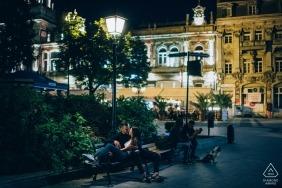 Mitternachtsfotosession auf der Parkbank in Ruse, Bulgarien
