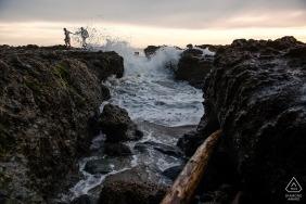 Laguna Beach, CA engagede os pares que tomam uma caminhada nas rochas no Laguna Beach.