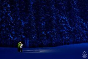 Bear Lake, Rocky Mountain-Nationalpark, Colorado-Verlobungs-Porträt nachts im Schnee.