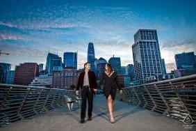 Le portrait de fiançailles a été pris au crépuscule à Pier 14, à San Francisco.