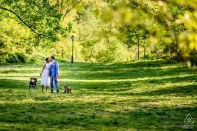 Paar geht ihre Hunde im Central Park während der Verlobung schießen