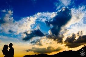 Die Silhouette eines Paares in Lavras Novas kann vor dem Hintergrund eines strahlenden Himmels in dieser Vorhochzeitssitzung von einem Fotografen aus Minas Gerais, Brasilien, gesehen werden.
