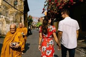 Das verlobte Paar hält Hände für das Shooting vor der Hochzeit in Hoi An Vietnam