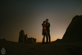 Der Verlobungsfotograf aus Kappadokien, Türkei, hat dieses Foto eines Paares aufgenommen, das sich in der untergehenden Sonne umarmt