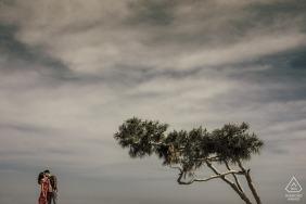 mersin casal de peru e uma árvore solitária durante a sessão de retrato de casamento pré
