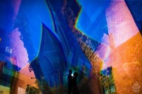 Fotograf zaręczynowy Carmel Town uchwycił to kolorowe i artystyczne zdjęcie sylwetki pary
