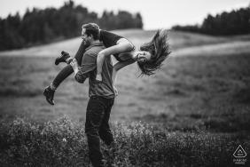 Dieses verlobte Paar hat Spaß draußen während ihres Vorhochzeitsshootings in Edmonton, AB, Kanada