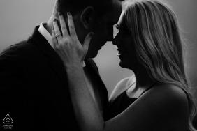 Santa Barbara, Kalifornien - dieses Schwarzweiss-Verlobungsfoto eines umfassenden Paares stellt den zukünftigen Braut-Verlobungsring zur Schau