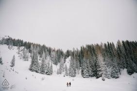 Auf diesem Foto, das von einem Apulien-Verlobungsfotografen entworfen wurde, sehen wir das Paar in die schneebedeckten Berge bei Tretino wandern