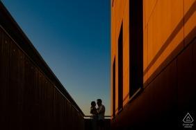 Le photographe de fiançailles de Valence a capturé cette image d'un couple enlacé au coucher du soleil sur un pâté de maisons à Alcoy