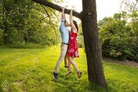 Arnold Arboretum, Jamiaca Plain, Massachusetts - Un couple accroché à un arbre s'embrassant