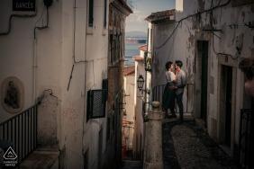 Portugal-Verlobungsphotograph stellte Bild von den Paaren her, die auf einem Balkon in Lissabons Alfama-Bezirk küssen