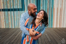 Amoureux de Carthagène pendant la séance de fiançailles au trottoir