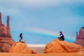 Colorado Zaręczynowa fotografia | Para jest w Monument Valley, tęcza pojawia się za.