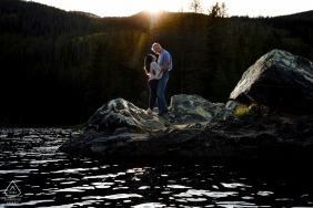 科罗拉多州前婚礼摄影师 - 在官员峡谷的岩石半岛上站立,同时被最后一点阳光亲吻。