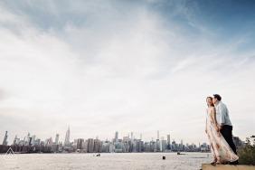 East River State Park - Porträt von verlobten Paaren am Wasser mit Stadtskylinen