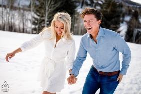 Beaver Creek, CO Endlose Lachverlobungsfotosession im Schnee mit lustigen Paaren