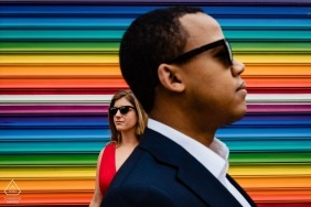 Washington DC U Street Engagement Shoot con murales y pareja